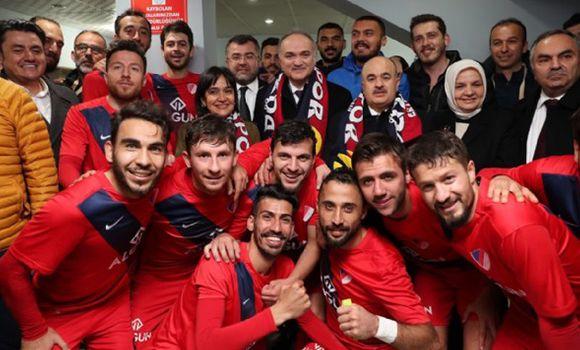 Bakanımız Futbolcuları Soyunma Odasında Tebrik Etti